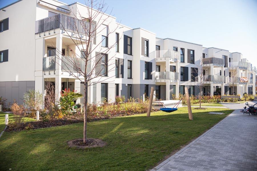 Harmonisch und lebendig gestaltete Außenanlage